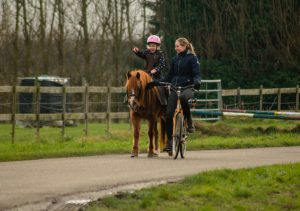 Paardrijlessen-Rijlessen-pony-leren-rijden-paarden-Stal-Schouten